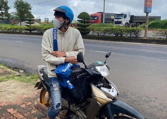 Ròng rã một tuần đi bộ về quê, nam công nhân được người dân tặng xe máy - Ảnh 1.