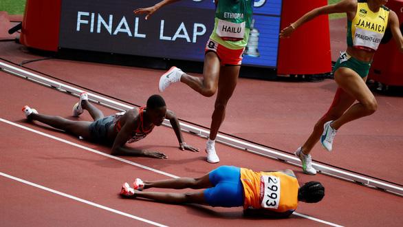 Té sấp mặt trên đường chạy, nữ vận động viên gượng dậy về đích đầu tiên - Ảnh 1.