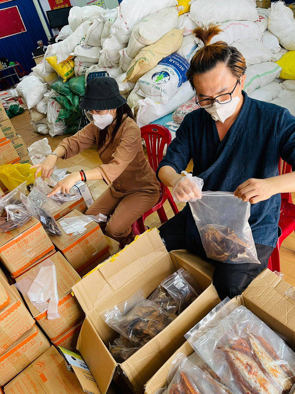 Việt Hương chính thức bàn giao xe cứu thương cho ông Đoàn Ngọc Hải - Ảnh 5.