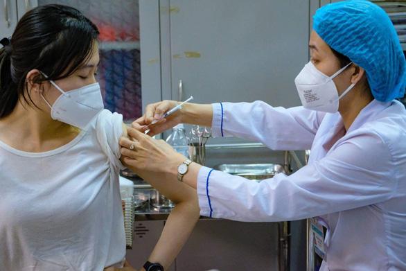 Tiêm chủng quá chậm, yêu cầu công khai số liệu tiêm vắc xin hằng ngày để người dân giám sát - Ảnh 1.