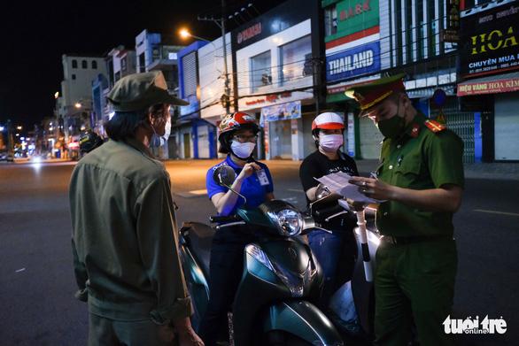 Đà Nẵng: Cần giấy đi đường, người dân đăng ký qua tổ trưởng dân phố - Ảnh 1.