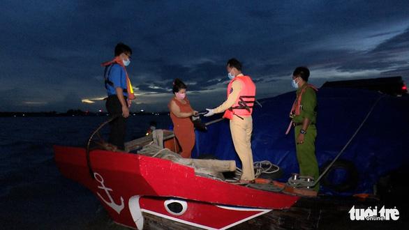 An Giang cho lưu thông hàng hóa đường thủy suốt đêm trong mùa dịch COVID-19 - Ảnh 1.