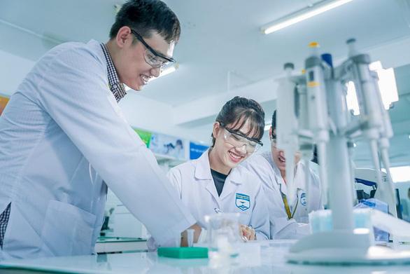 Sinh viên ngành Dược hoàn thiện chuyên môn từ hệ thống hiện đại - Ảnh 1.