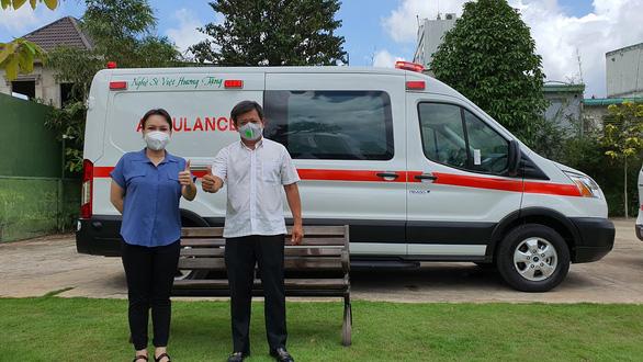 Việt Hương chính thức bàn giao xe cứu thương cho ông Đoàn Ngọc Hải - Ảnh 2.