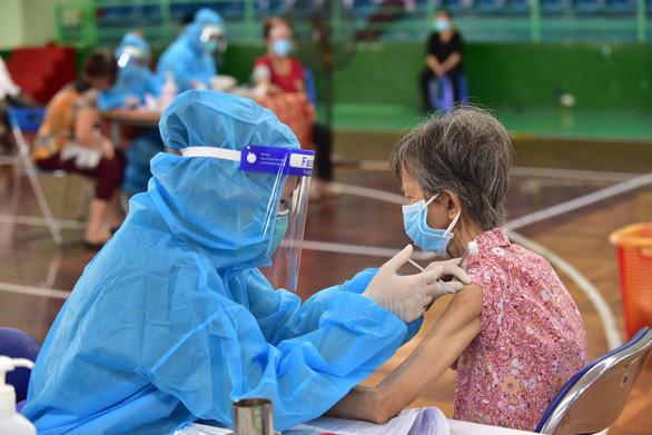 Vì sao quận 11 tiêm vắc xin COVID-19 nhanh nhất TP.HCM? - Ảnh 4.