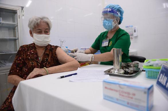 TP.HCM yêu cầu khẩn trương tiêm vắc xin cho người trên 65 tuổi - Ảnh 1.