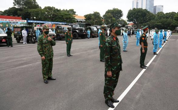 TP.HCM xin tăng cường 4.000 cán bộ chiến sĩ Quân khu 7, 2.000 y bác sĩ và 30 xe cứu thương - Ảnh 1.
