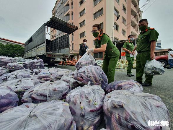 Lực lượng chức năng sẽ mua giúp 100% nhu yếu phẩm, mang đến từng hộ dân TP.HCM - Ảnh 1.