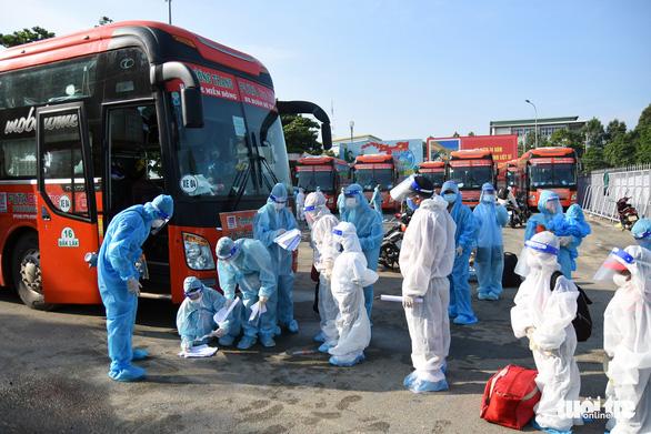 550 người ở Đồng Nai lên xe về Đắk Lắk tránh dịch - Ảnh 1.