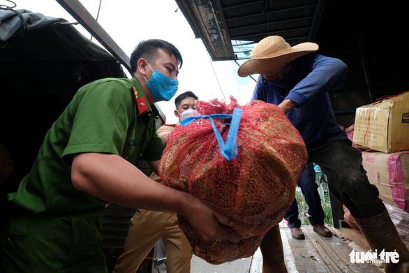 Nông dân và Công an Đà Lạt thu hoạch, sơ chế rau gửi tặng bà con TP.HCM - Ảnh 2.