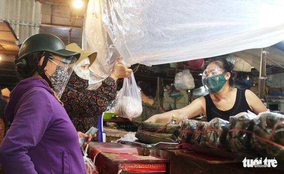 Lần đầu đi chợ bằng thẻ, nhiều bà con TP Vinh phải quay về vì... hết thịt - Ảnh 4.