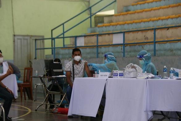 Bị xếp vào nhóm tiêm vắc xin chậm, Bình Thuận nói gì? - Ảnh 1.