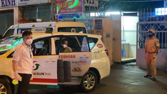 Công an và tài xế taxi phối hợp đưa một bảo vệ khó thở đi cấp cứu kịp thời - Ảnh 1.