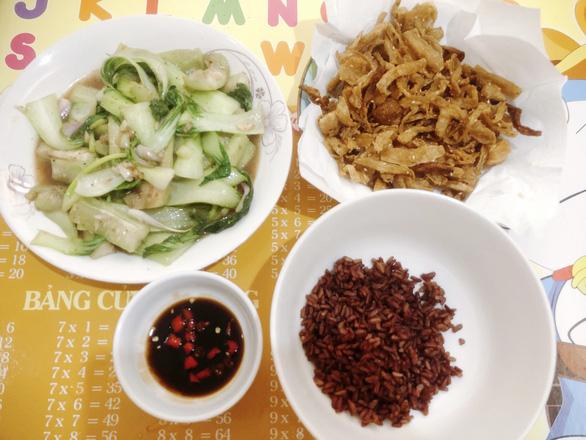 Nấu món chay ngày giãn cách, nhớ ba mẹ mùa Vu lan - Ảnh 1.
