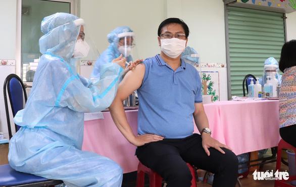 TP.HCM đã tiêm vắc xin gần 5,3 triệu người, trong đó hơn 177.000 người tiêm 2 mũi - Ảnh 1.