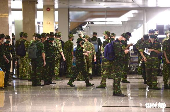 5 chuyến bay đầu tiên chở quân nhân từ Hà Nội đến TP.HCM chống dịch - Ảnh 5.