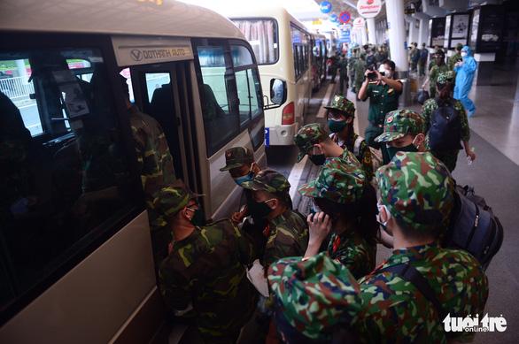 5 chuyến bay đầu tiên chở quân nhân từ Hà Nội đến TP.HCM chống dịch - Ảnh 11.