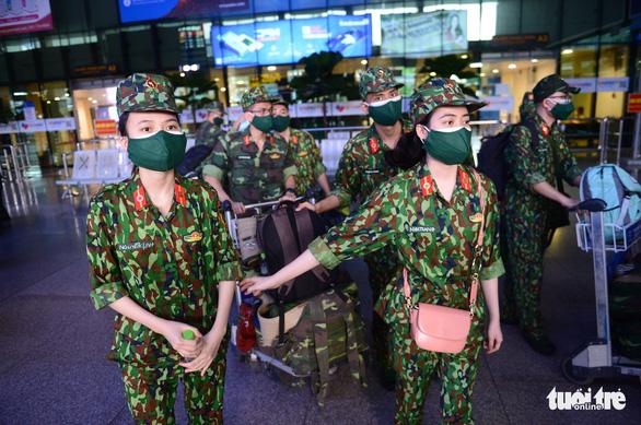 5 chuyến bay đầu tiên chở quân nhân từ Hà Nội đến TP.HCM chống dịch - Ảnh 7.