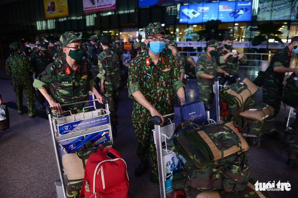 5 chuyến bay đầu tiên chở quân nhân từ Hà Nội đến TP.HCM chống dịch - Ảnh 9.