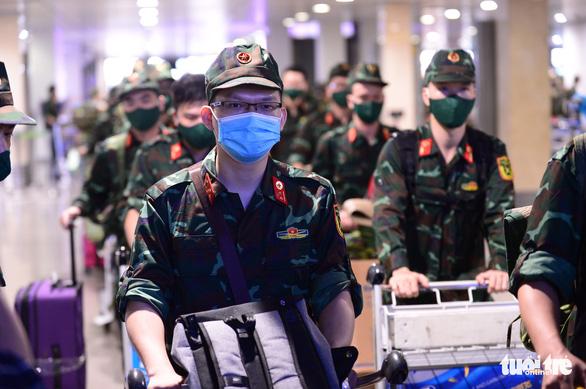 5 chuyến bay đầu tiên chở quân nhân từ Hà Nội đến TP.HCM chống dịch - Ảnh 8.