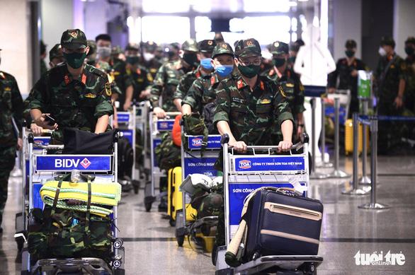 5 chuyến bay đầu tiên chở quân nhân từ Hà Nội đến TP.HCM chống dịch - Ảnh 10.