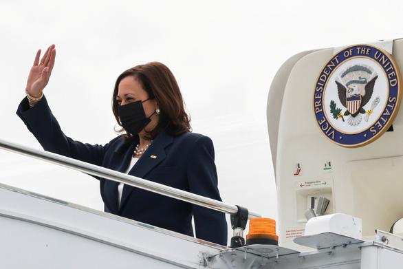 Phó tổng thống Mỹ đến Singapore, bắt đầu công du Đông Nam Á - Ảnh 1.