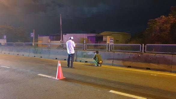 Khiêng người tử vong do tai nạn vô lề đường rồi lấy luôn xe máy - Ảnh 1.