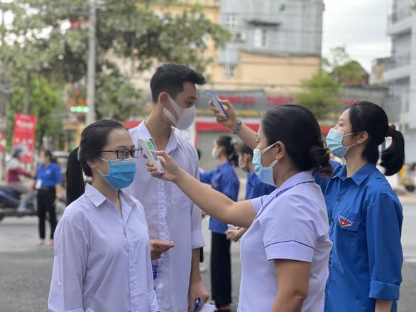 Học sinh Hà Tĩnh được đến trường từ 15-9, học cả trực tiếp và trực tuyến - Ảnh 1.