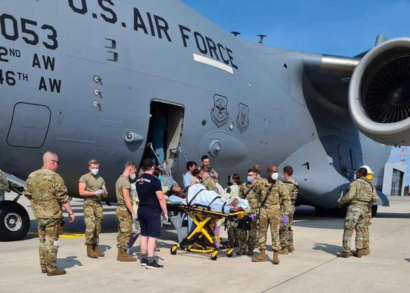 Một phụ nữ Afghanistan trở dạ ngay trên máy bay quân sự Mỹ - Ảnh 1.