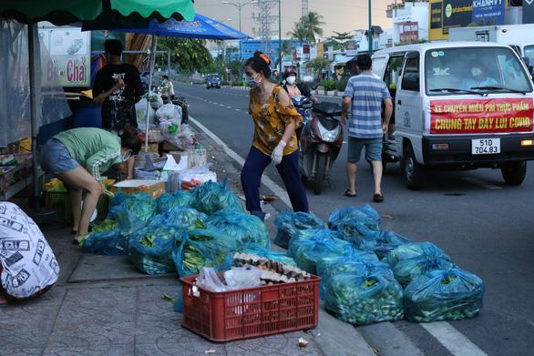 Lập tổ đi chợ cho người dân vùng đỏ - Ảnh 3.