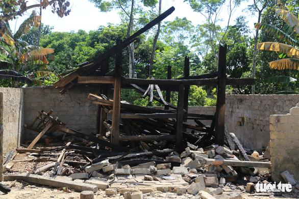 Triệu tập nữ sinh lớp 8 liên quan vụ hàng loạt nhà ở, nhà chứa rơm bị đốt - Ảnh 1.