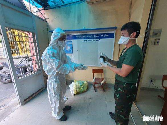 Vừa tới TP.HCM, người lính quân y liền đến nhà F0 khám bệnh - Ảnh 8.