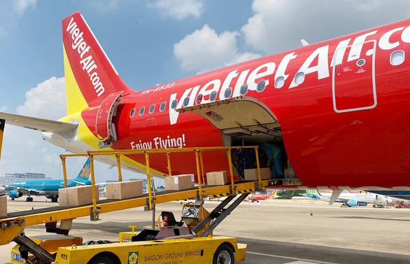 Chuyến bay Vietjet chuyên chở thiết bị y tế viện trợ từ Đức đã về tới Việt Nam - Ảnh 2.