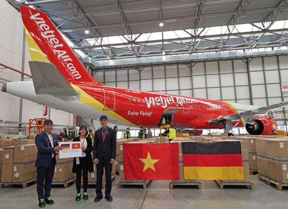 Chuyến bay Vietjet chuyên chở thiết bị y tế viện trợ từ Đức đã về tới Việt Nam - Ảnh 1.