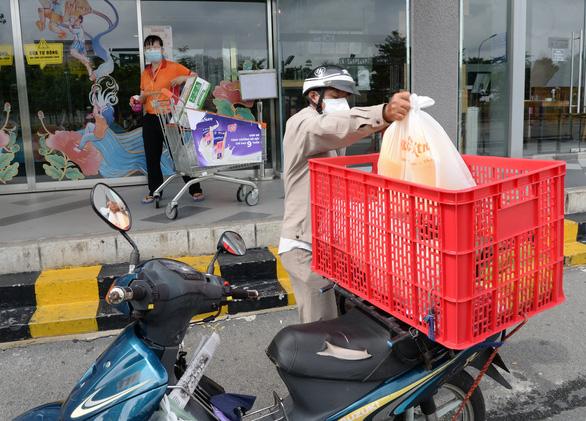 Lập tổ đi chợ cho người dân vùng đỏ - Ảnh 5.
