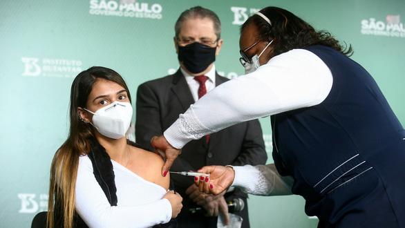 Hãng dược chạy đua cải tiến vắc xin chống Delta - Ảnh 1.