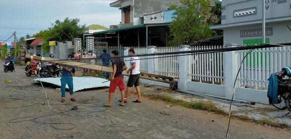 Mưa kèm lốc xoáy tốc mái 23 căn nhà, hàng trăm ha lúa bị quăng quật - Ảnh 2.