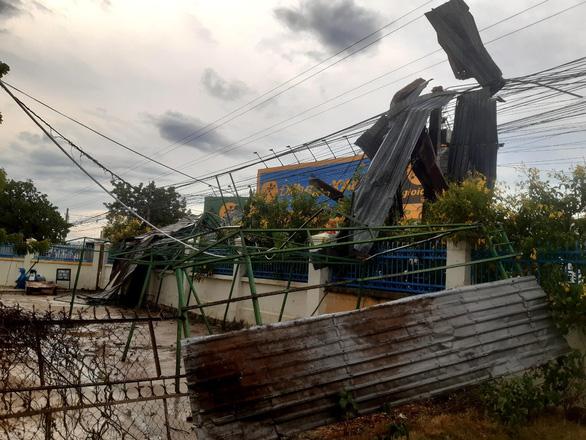 Mưa kèm lốc xoáy tốc mái 23 căn nhà, hàng trăm ha lúa bị quăng quật - Ảnh 3.