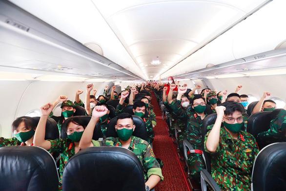 Tiếp tục các chuyến bay chở hàng ngàn cán bộ, bác sĩ, học viên quân y vào Nam chống dịch - Ảnh 1.