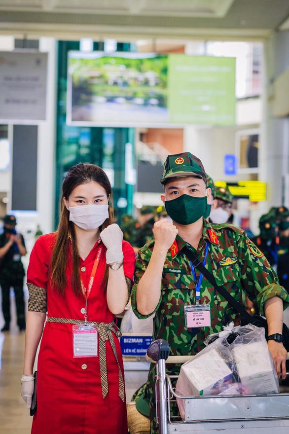 Tiếp tục các chuyến bay chở hàng ngàn cán bộ, bác sĩ, học viên quân y vào Nam chống dịch - Ảnh 2.