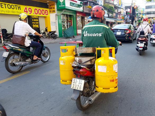 Xe tải chở gas bị chặn, người giao gas bị xử phạt trong khi dân hối mua gas - Ảnh 1.