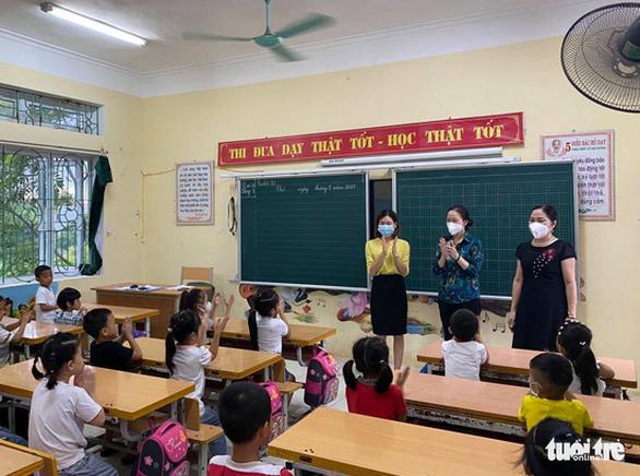 Bài học đầu tiên của học sinh lớp 1 ngày tựu trường: Phòng chống dịch COVID-19 - Ảnh 2.