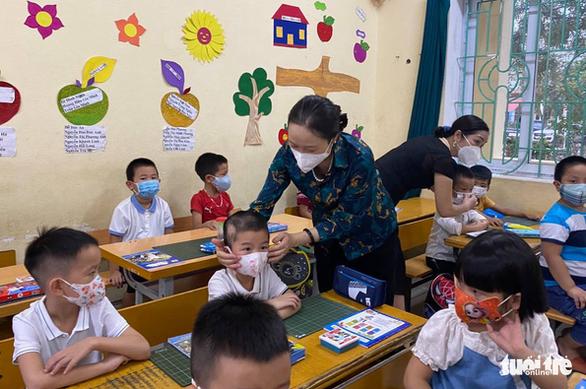 Bài học đầu tiên của học sinh lớp 1 ngày tựu trường: Phòng chống dịch COVID-19 - Ảnh 1.