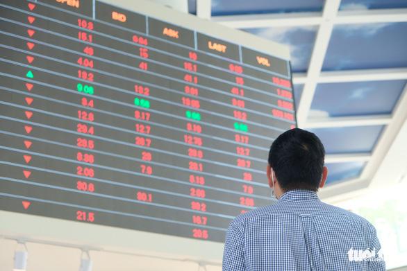 Cổ phiếu của nhiều công ty chứng khoán tăng trần lúc thị trường lao dốc - Ảnh 1.