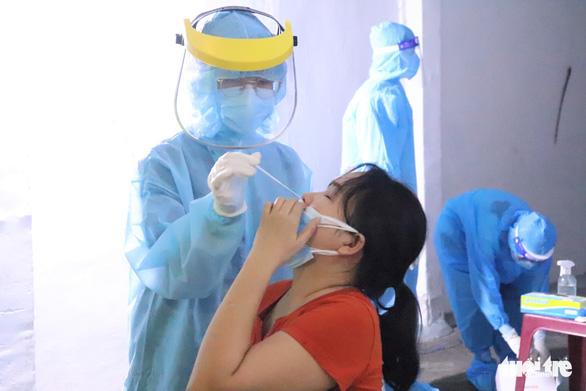 Vùng đỏ quận Gò Vấp: Người dân hài lòng mô hình vừa xét nghiệm, vừa tiêm vắc xin - Ảnh 2.