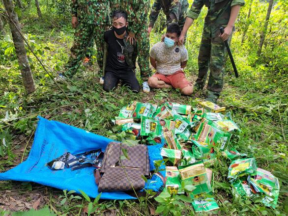 Chặn 3 người Lào mang 46kg ma túy đá và súng lục đã lên đạn vào biên giới - Ảnh 1.