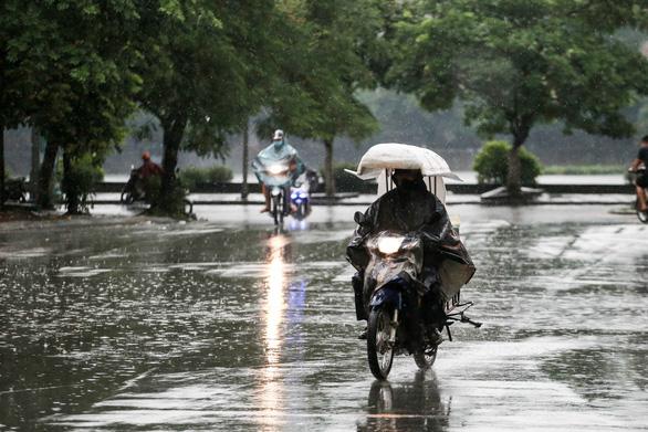 Bắc Bộ kết thúc nắng nóng nhờ đợt mưa lớn, Nam Bộ mưa dông gia tăng - Ảnh 1.