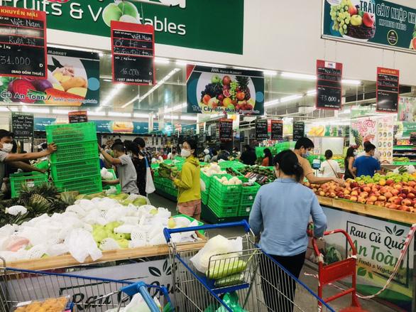 Nhiều siêu thị lớn ở TP.HCM vẫn hoạt động, mua bán cách nào? - Ảnh 1.