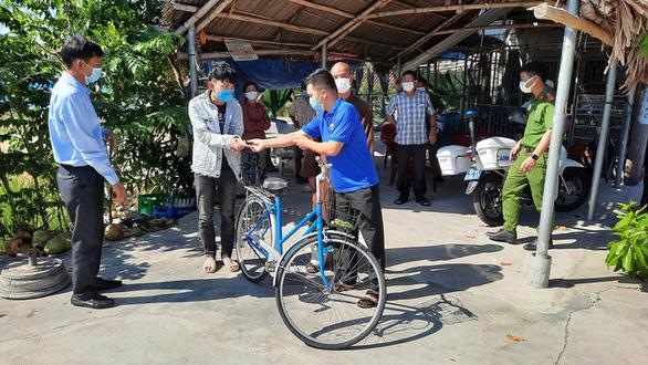 Đi bộ từ Quảng Ngãi về quê, lả ven đường, một phụ hồ được bà con, làng xã tặng xe đạp, xe máy - Ảnh 1.