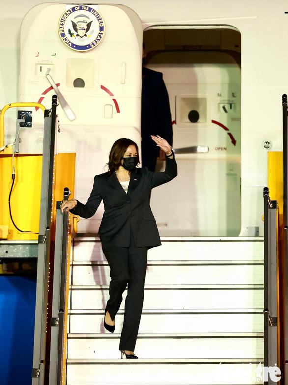 Phó tổng thống Mỹ Harris đã đến Việt Nam sau 3 giờ trì hoãn - Ảnh 2.